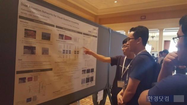 'VQA 챌린지'에 참여한 남현섭 네이버랩스 연구원이 발표자료를 설명하고 있다. / 사진=네이버 제공