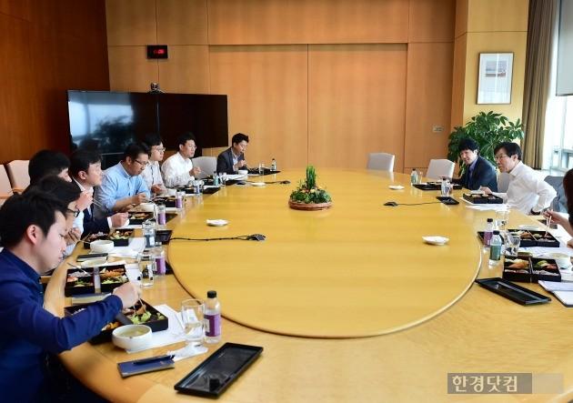 권오준 회장이 28일 직원들과 도시락을 함께 먹으면서 중동지역 사업 등에 대해 대화를 나누고 있다. (사진=포스코 제공)