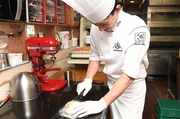 김용식 빵나무 셰프(사진, 43)는 1999년 탕종법으로 만든 빵을 맛 본 뒤 15년 간 탕종 반죽을 연구했다. / 사진= 최혁 한경닷컴 기자 chokob@hankyung.com