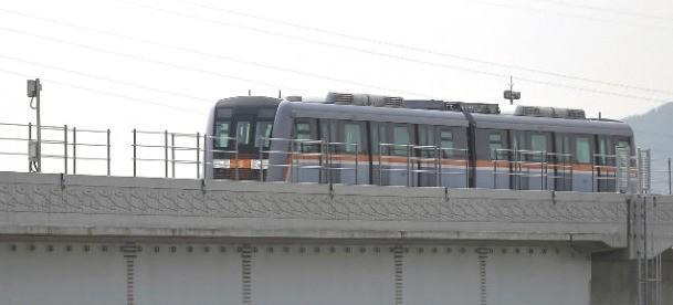 인천지하철 2호선 전동차량이 시험운행중이다.