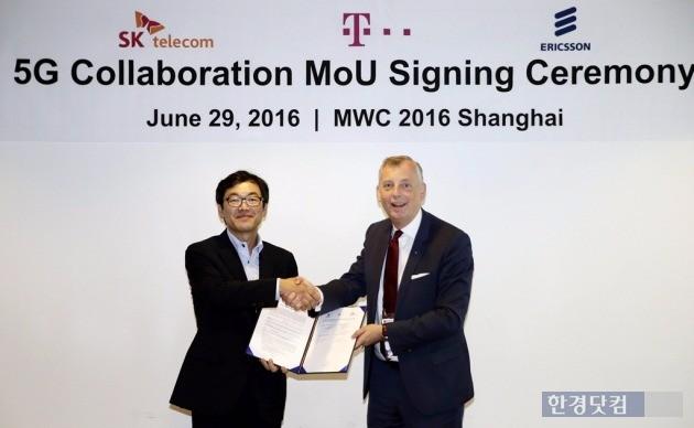 지난 29일 중국에서 열린 '5G 공동 연구개발을 위한 3자 협력 MOU 협약식'에 참석한 최진성 종합기술원장(왼쪽)과 울프 에발손 CTO.  / 사진=SK텔레콤 제공