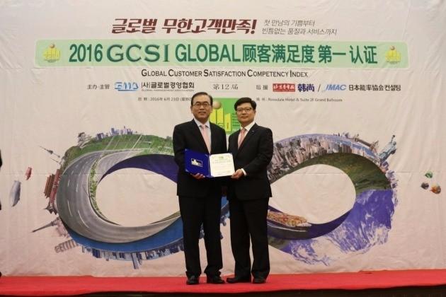 박영준 글로벌경영협회 회장(왼쪽)과 채종훈 대한항공 중국지역본부장(오른쪽)이 중국 베이징에서 열린 GCSI 우수기업 시상식에서 기념 사진을 찍고 있는 모습. 사진=대한항공 제공