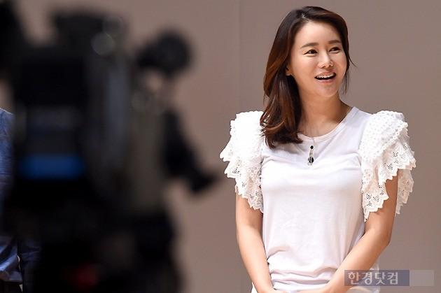 ▶ 박잎선, '카메라 앞에서 환한 미소'