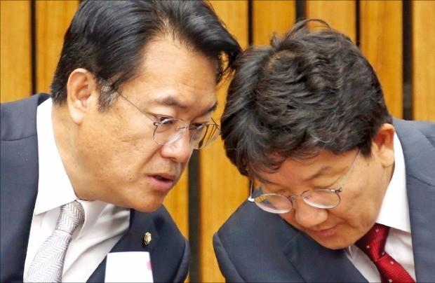 정진석 새누리당 원내대표(왼쪽)와 권성동 사무총장이 14일 국회에서 열린 원내대책회의에서 얘기하고 있다. 연합뉴스