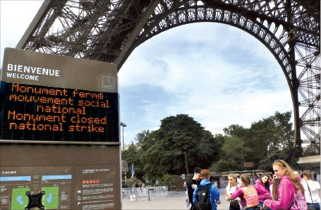 프랑스 파리 에펠탑을 찾은 관광객이 14일(현지시간) '파업으로 문 닫음'이라고 쓰인 전자 안내판을 보고 있다. 파리AP연합뉴스