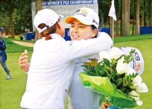 아시아인 두 번째로 LPGA 명예의 전당에 이름을 올린 박인비(오른쪽)가 KPMG위민스PGA챔피언십 1라운드를 마친 뒤 명예의 전당 선배인 박세리(왼쪽)의 축하를 받고 있다.