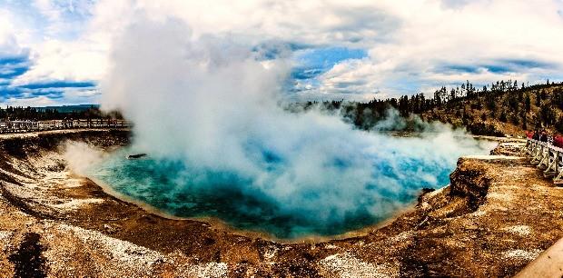 미국 북서부 옐로스톤국립공원 내 가이저 지역에 있는 거대한 간헐천. 마그마가 지표와 가까워 뜨거운 물과 수증기가 수시로 뿜어 오른다.  미국관광청 제공