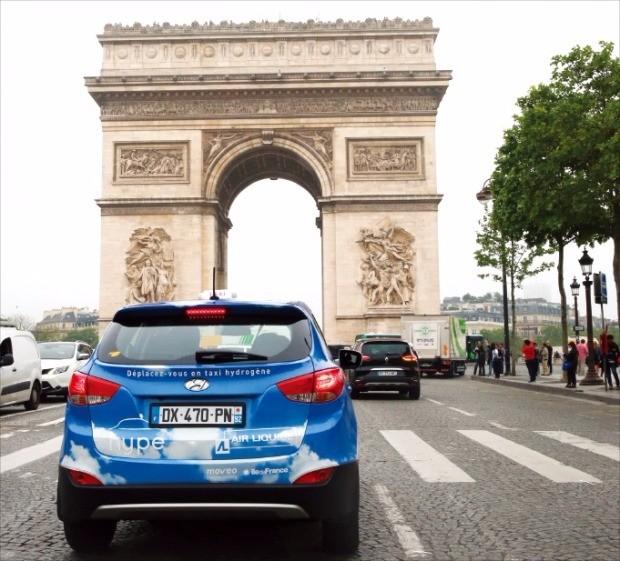 현대자동차 투싼 수소연료전기차 택시가 프랑스 파리 개선문 앞 도로를 달리고 있다. 현대차 제공