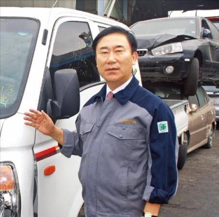 양승생 자동차해체재활용협동조합 이사장이 경인오토리사이클링 공장에서 폐차 처리 과정을 설명하고 있다. 경인오토리사이클링 제공