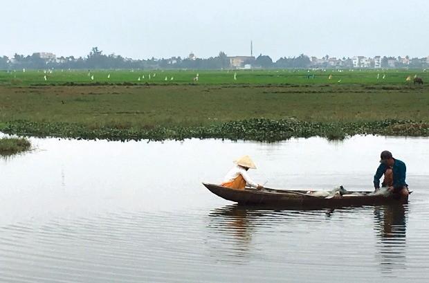 유네스코 세계문화유산으로 등재된 호이안 근교 짜꾸에 마을의 작은 강.