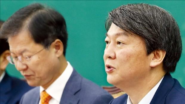 안철수 국민의당 상임공동대표(오른쪽)가 17일 열린 최고위원회의에서 발언하고 있다. 연합뉴스