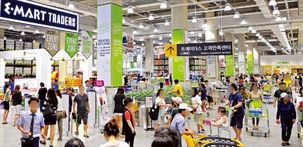 이마트 트레이더스는 정육 등 신선식품을 앞세워 다른 창고형 할인매장과 차별화에 성공했다. 경기 고양시 트레이더스 킨텍스점에서 소비자들이 쇼핑하고 있다. 이마트 제공