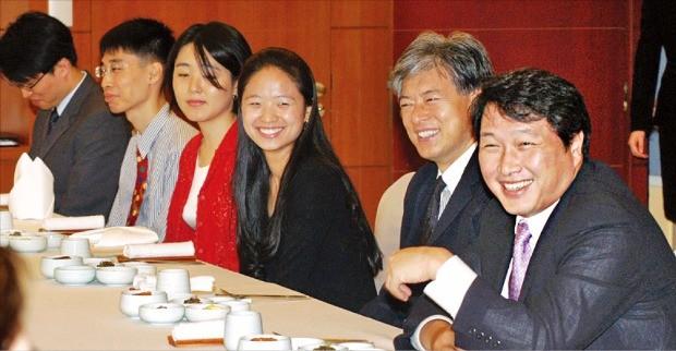 최태원 SK 회장(오른쪽 첫 번째)이 유학을 앞둔 한국고등교육재단 장학생들과 점심식사를 함께하며 대화하고 있다.