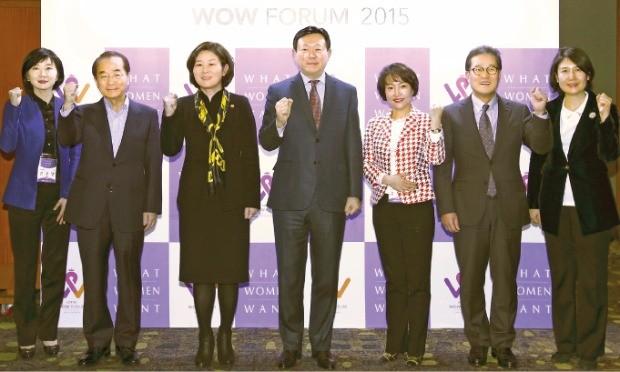 신동빈 롯데 회장(왼쪽 네 번째)이 지난해 말 서울 소공동 롯데호텔에서 열린 여성 리더십 포럼 '2015 와우 포럼'에 참석해 파이팅을 외치고 있다.