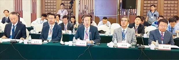 전국경제인연합회가 지난 18일 중국 하얼빈시에서 연 '제11차 한·중 재계회의'에서 허창수 전경련 회장(왼쪽 세 번째), 김수천 아시아나항공 사장(두 번째) 등 한국 측 인사들이 중국 경제인들의 발언을 듣고 있다. 전경련 제공