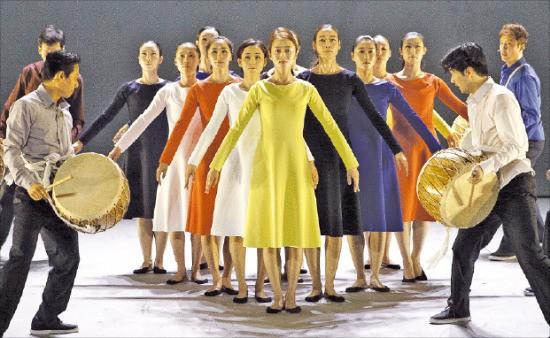 지난 16일 파리 샤요국립극장에서 공연한 국립무용단의 '시간의 나이'.