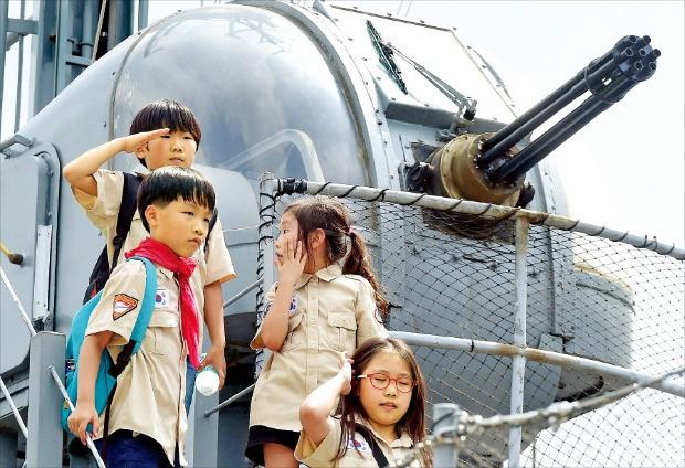 군부대와 기업을 연결해주는 1사 1병영 캠페인이 군의 사기를 높이고 안보의 소중함을 일깨우는 데 크게 기여하고 있다. 19일 서울 용산 전쟁기념관을 찾은 어린이들이 야외전시장을 둘러보는 모습.  허문찬  기자 sweat@hankyung.com