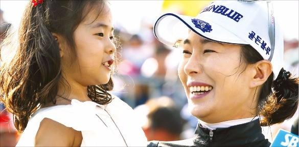'엄마 챔프' 안시현(오른쪽)이 딸 그레이스(5)를 안고 12년 만의 투어 우승을 기뻐하고 있다. KLPGA 제공