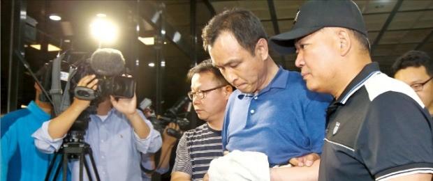 '정운호 게이트'의 핵심 브로커로 알려진 이동찬 씨가 경찰에 검거돼 19일 새벽 서울중앙지검으로 이송되고 있다. 연합뉴스
