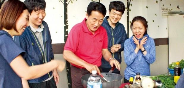 고제웅 랑세스코리아 사장(가운데)이 직원들과 함께 요리를 하고 있다.