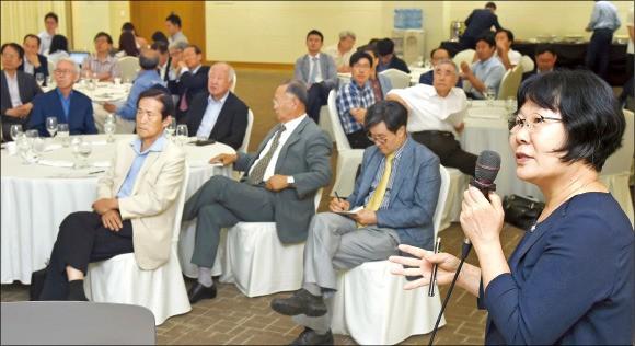 서울대 글로벌공학교육센터에서 21일 열린 '한국 조선해양산업 대토론회'에서 홍성인 산업연구원 연구위원(오른쪽)이 주제발표를 하고 있다. 신경훈 기자 khshin@hankyung.com