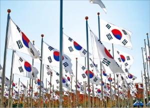 대한민국은 1948년 8월15일 밤 12시를 기해 미 군정으로부터 통치권을 넘겨받았다.(독립기념관 태극기 광장)