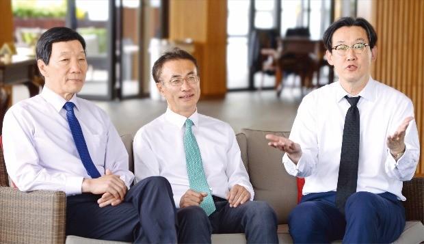 박진원 오멜버니&마이어스 대표변호사(미국, 왼쪽부터), 김병수 쉐퍼드멀린 릭터&햄튼 대표변호사(미국), 김경화 스티븐슨 하우드 대표변호사(영국)가 한국 법률시장 개방에 대해 이야기를 나누고 있다.