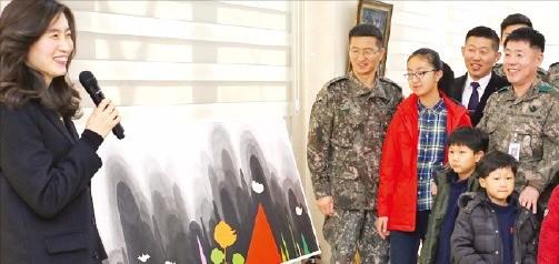 지난해 12월 육군 15사단 '명월 백운갤러리' 개관식에서 군장병들이 해설사의 작품 설명을 듣고 있다. 리더스월드 제공