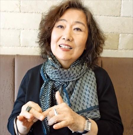 최근 시선집 '지금 장미를 따라' 개정증보판을 출간한 문정희 시인. 양병훈 기자