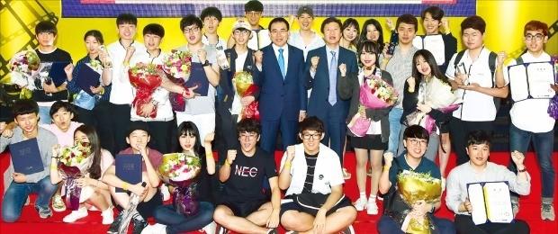 제2회 신한은행 따뜻한 29초영화제 시상식이  22일 한국경제신문사 다산홀에서 열렸다. 조용병 신한은행장(뒷줄 가운데 왼쪽)과 김기웅 한국경제신문 사장(오른쪽)이 수상자들과 파이팅을 외치고 있다. 허문찬 기자 sweat@hankyung.com