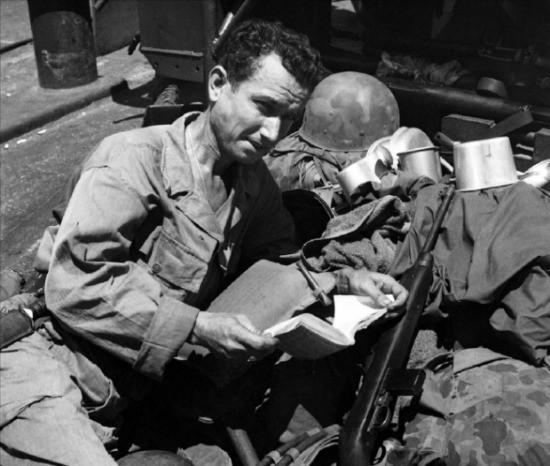 제2차 세계대전 당시 인도네이사 모라타이섬으로 향하는 상륙함에서 한 군인이 진중문고를 읽고 있다. Bettmann Archive/이매진스