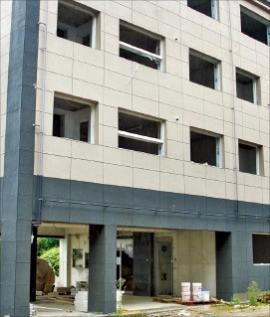 공사 중단된 거제 원룸 건물. 연합뉴스