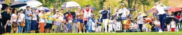 '비씨카드·한경레이디스컵 2016' 대회의 강력한 우승 후보인 박성현이 23일 대회 1라운드 1번홀에서 500여명의 갤러리와 팬이 지켜보는 가운데 호쾌한 드라이버 티샷을 날리고 있다. 아일랜드CC=신경훈 기자 khshin@hankyung.com