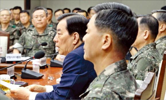 한민구 국방부 장관(가운데)이 23일 서울 용산 국방부 청사에서 열린 '2016년 전반기 전군주요지휘관회의'를 주재하고 있다. 김범준 기자 bjk07@hankyung.com