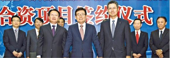 삼성웰스토리는 지난 22일 중국 상하이 컨벤션센터에서 '상하이웰스토리식품유한공사' 설립 계약을 체결했다. 앞줄 왼쪽부터 진융쥔 인룽농업 사장, 김봉영 삼성웰스토리 사장, 고쿠부 아키라 고쿠부그룹 대표 . 삼성웰스토리 제공