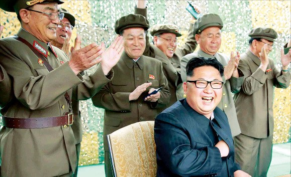 북한은 23일 무수단 미사일 시험발사에 성공했다며 관련 사진 수십장을 공개했다. 김정은 노동당 위원장이 현장에서 미사일 발사를 지켜보며 웃고 있다. 연합뉴스