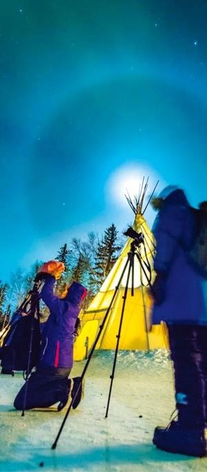 캐나다 옐로나이프에서 오로라를 카메라에 담는 사람들