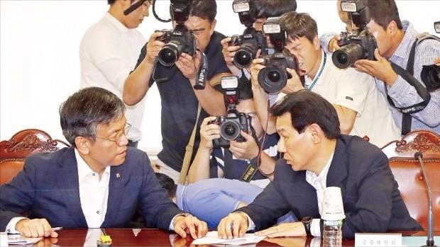 정부는 24일 서울 중구 명동 은행회관에서 브렉시트 대응 방안을 마련하기 위해 긴급 거시경제금융회의를 열었다. 회의에 참석한 최상목 기획재정부 1차관(왼쪽)과 정은보 금융위원회 부위원장이 대화를 하고 있다. 연합뉴스