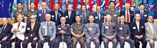 공군은 24일 서울 대방동 공군회관에서 정경두 공군참모총장(앞줄 왼쪽 여섯 번째부터) 주재로 김두만 예비역 대장, 윤응렬 예비역 소장 등 6·25전쟁 출격 조종사를 초청해 헌신과 희생에 감사하는 보훈행사를 열었다. 공군 제공