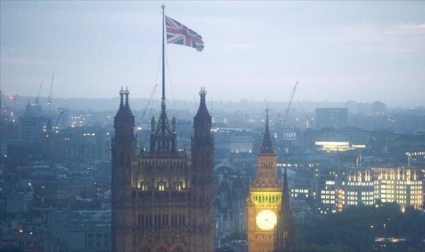 < 어둠에 휩싸인 런던 > 영국이 시장의 예상과 달리 유럽연합(EU) 탈퇴를 결정하면서 영국 경제와 세계 경제가 한 치 앞을 내다보기 힘든 불확실성 속으로 빠져들었다. 런던 국회의사당이 24일 새벽 어둠 속에 잠겨 있다. 런던EPA연합뉴스