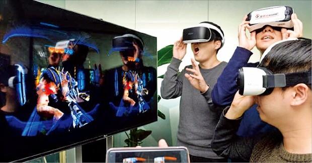 국내 첫 상용 모바일 VR게임 '모탈블리츠VR'을 제작한 스코넥엔터테인먼트 개발자가 삼성 기어VR과 소니 플레이스테이션VR로 게임 시연을 하고 있다. 스코넥엔터테인먼트 제공