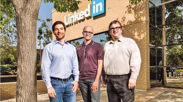 마이크로소프트(MS)는 구직·구인 소셜네트워크서비스(SNS) 링크트인을 인수하기로 했다고 12일(현지시간) 발표했다. 왼쪽부터 제프 와이너 링크트인 최고경영자(CEO), 사티아 나델라 MS CEO, 리드 호프먼 링크트인 이사회 의장. MS 제공