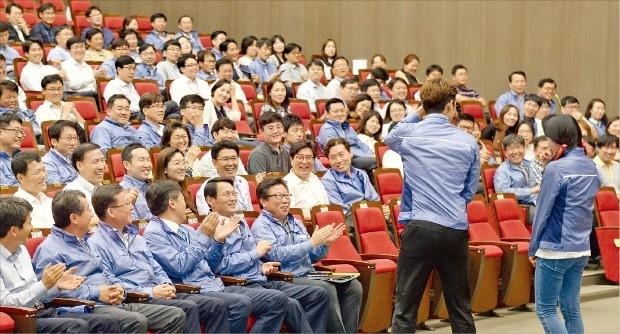한국수력원자력 직원들이 지난 2일 경북 경주 본사에서 청렴윤리 연극교육 'Good Makers'를 하고 있다. 한수원은 연극, 뮤지컬 등 다양한 형태의 윤리교육을 통해 직원들의 교육 몰입도 및 교육효과를 높이고 있다. 한국수력원자력  제공