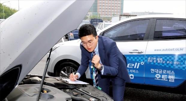 현대글로비스 오토벨의 중고차 매입담당 직원이 매물로 나온 차량의 상태를 점검하고 있다.
