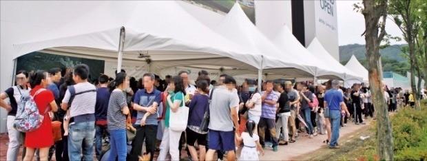 경남 김해시 율하2지구에서 문을 연 '김해 율하2지구 원메이저' 모델하우스가 26일 예비 청약자들로 붐비고 있다. 현대·대우·GS건설 제공