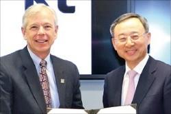 황창규 KT 회장(오른쪽)과 로웰 매캐덤 버라이즌 회장이 지난 24일 미국 버라이즌 본사에서 5G 기술협력 업무협약(MOU)을 맺었다. KT 제공