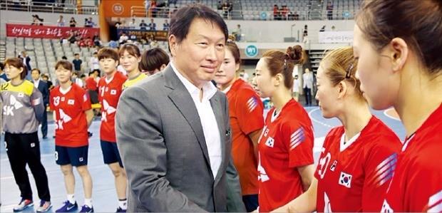 최태원 SK그룹 회장이 지난 25일 여자핸드볼 국가대표 선수들과 악수하고 있다. SK 제공