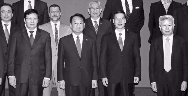 < AIIB 연차총회 참석한 각국 대표들 > 유일호 부총리 겸 기획재정부 장관(앞줄 왼쪽 두 번째)이 지난 25일 중국 베이징 월드호텔에서 열린 '제1차 아시아인프라투자은행(AIIB) 연차총회' 후 각국 대표들과 기념촬영하고 있다. 앞줄 왼쪽부터 러우지웨이 중국 재무장관, 유 부총리, 장가오리 중국 국무원 부총리, 진리췬 AIIB 총재. 연합뉴스