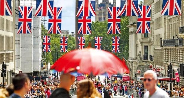 영국이 국민투표에서 유럽연합(EU)을 떠나기로 결정한 다음날인 25일 국회의사당으로 쓰이는 런던 웨스트민스터궁 인근 거리에 영국 국기(유니온잭)가 걸려 있다. 런던AFP연합뉴스
