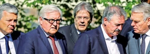 < 심각한 유럽 외무장관 > 유럽연합(EU)의 전신인 유럽경제공동체(EEC) 창설을 주도했던 독일, 프랑스, 이탈리아, 벨기에, 네덜란드, 룩셈부르크 6개국 외무장관이 25일(현지시간) 독일 베를린에 있는 외무부 영빈관 정원에서 브렉시트 에 따른 대응 방안을 논의하고 있다. 베를린EPA연합뉴스